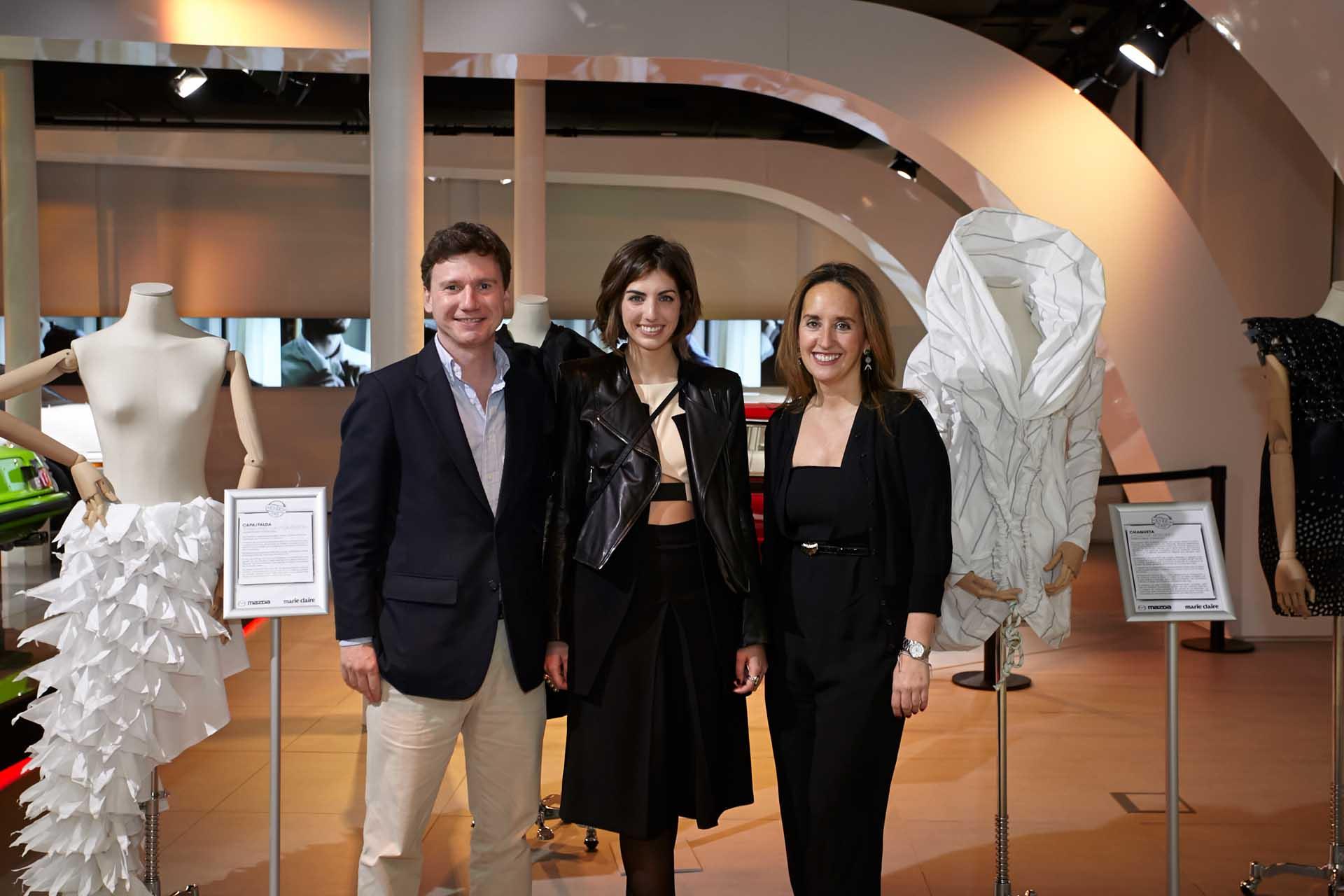 Cristina Torrent, ganadora del concurso Marie Claire Beca Rebels by Mazda junto a María Pardo de Santayana, directora de Marie Claire y Benno Gaessler, director general comercial de Mazda España