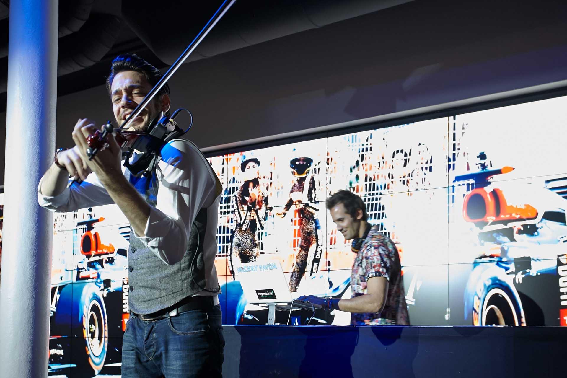 DJ Mickey Pavón acompañado del violinista Pablo Navarro en la ceremonia de la entrega de premios Marie Claire Beca Rebels by Mazda.