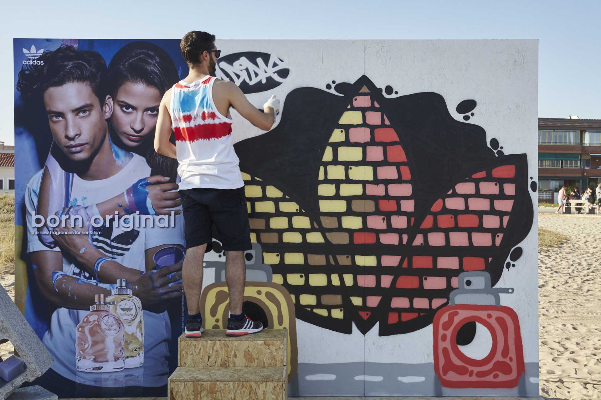 Artista grafitero invitado para animar la celebración de los 25 años de la revista Cosmopolitan en la fiesta que hicieron en la playa de Castelldefels
