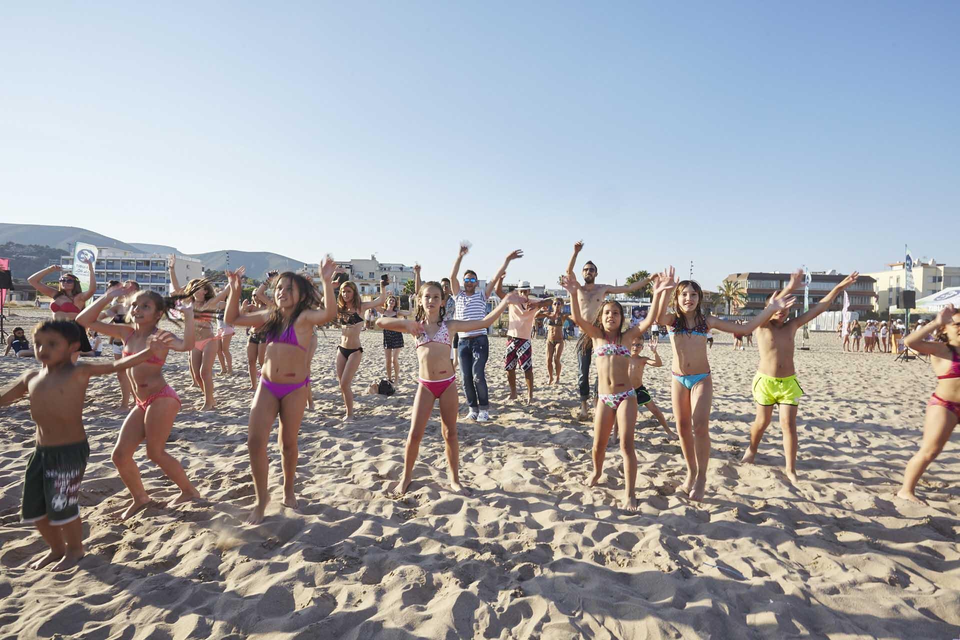 Invitados bailando en la arena durante la celebración de los 25 años de la revista Cosmopolitan en la fiesta que hicieron en la playa de Castelldefels