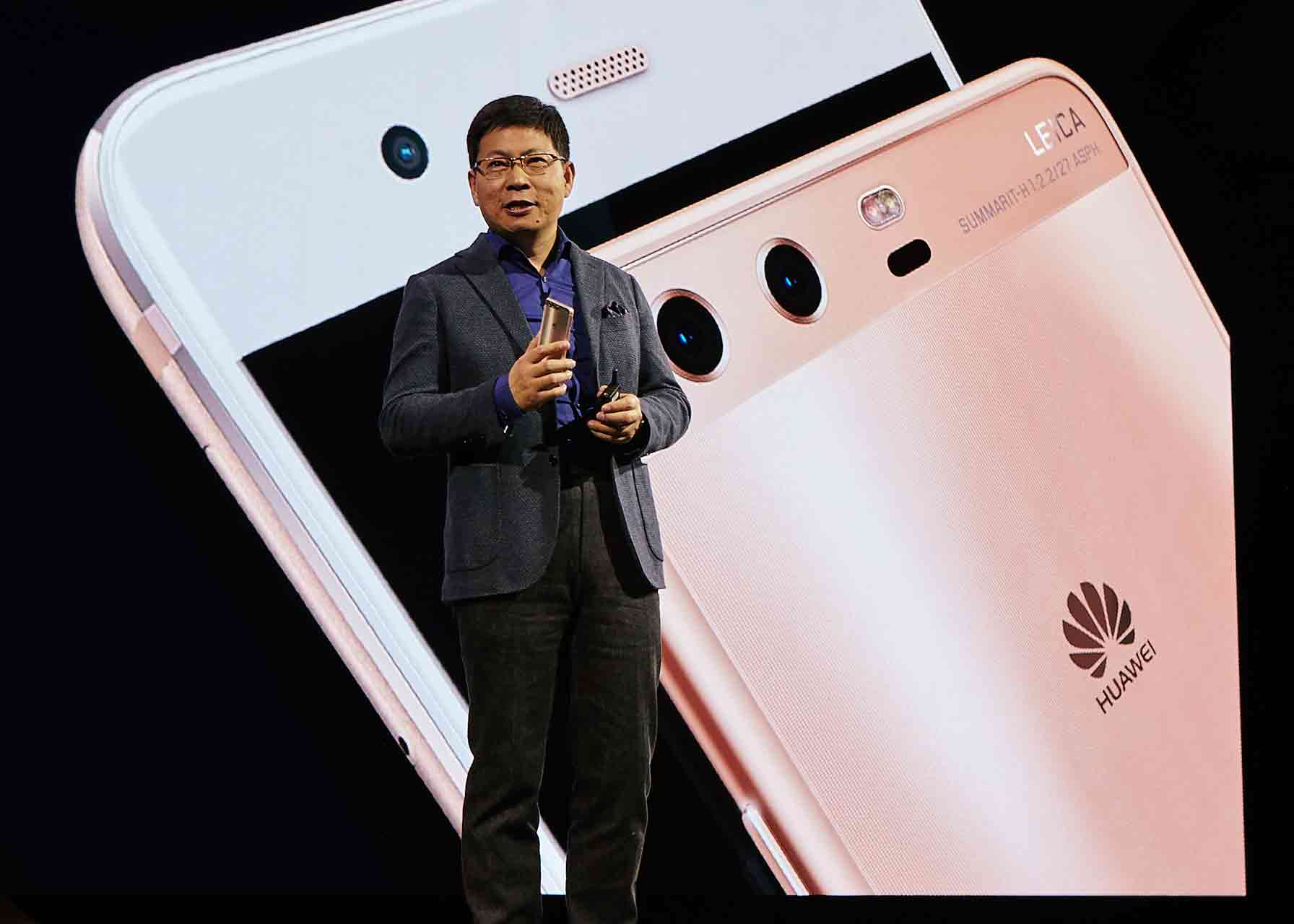El sr. Richard Yu, presidente de Huawei, en el escenario presentando un nuevo modelo de teléfono inteligente Huawei