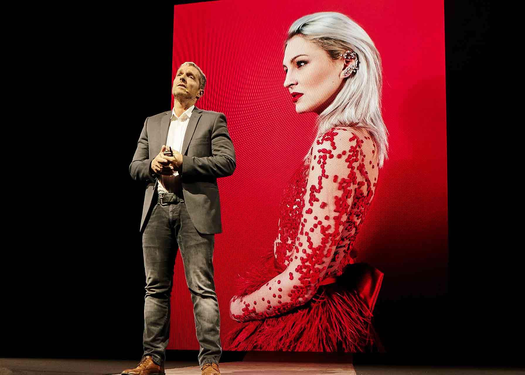 El fotógrafo Manfred Baumann presenta el nuevo Huawei P10 en el Mobile World Congress de Barcelona 2017