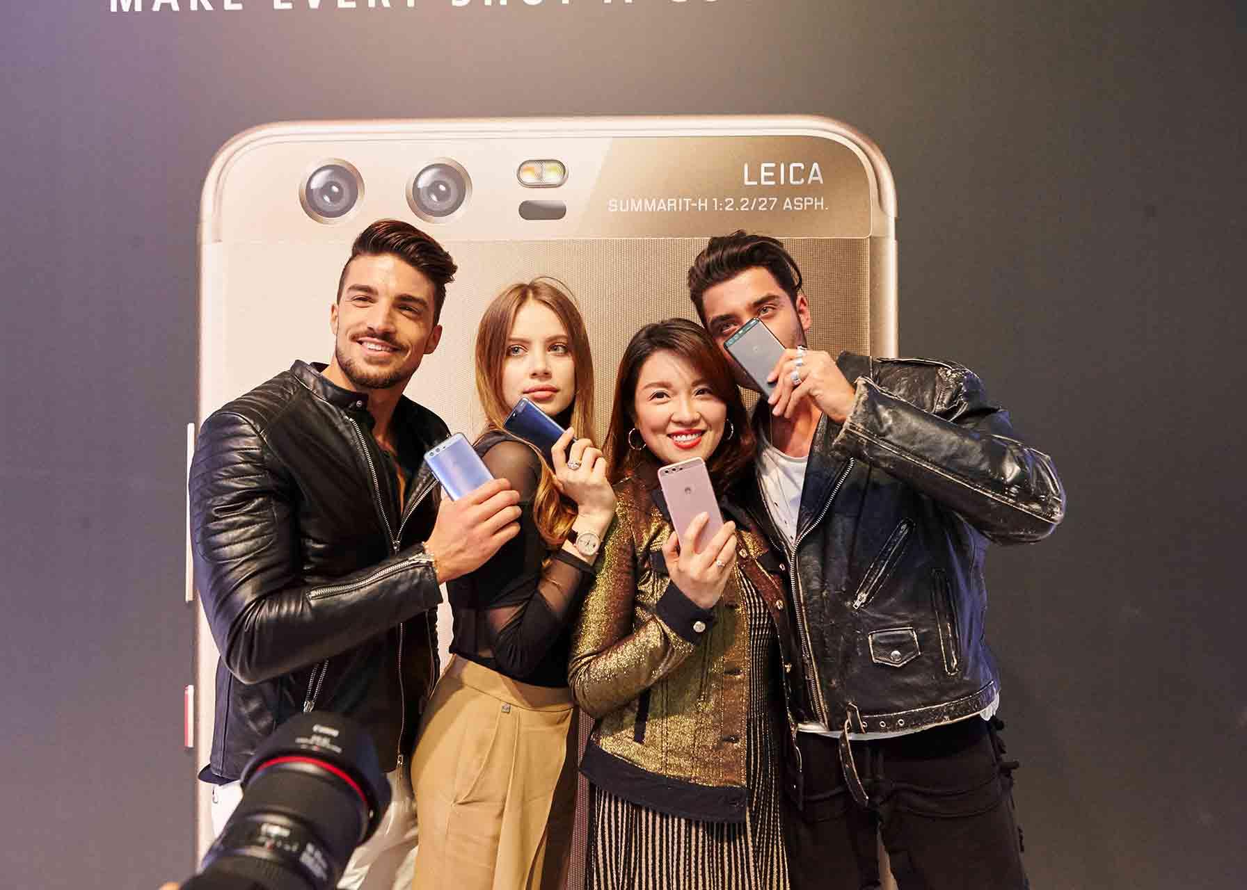 Photocall de Huawei con influencers chinos mostrando el nuevo modelo de smartphone de Huawei en el MWC de Barcelona