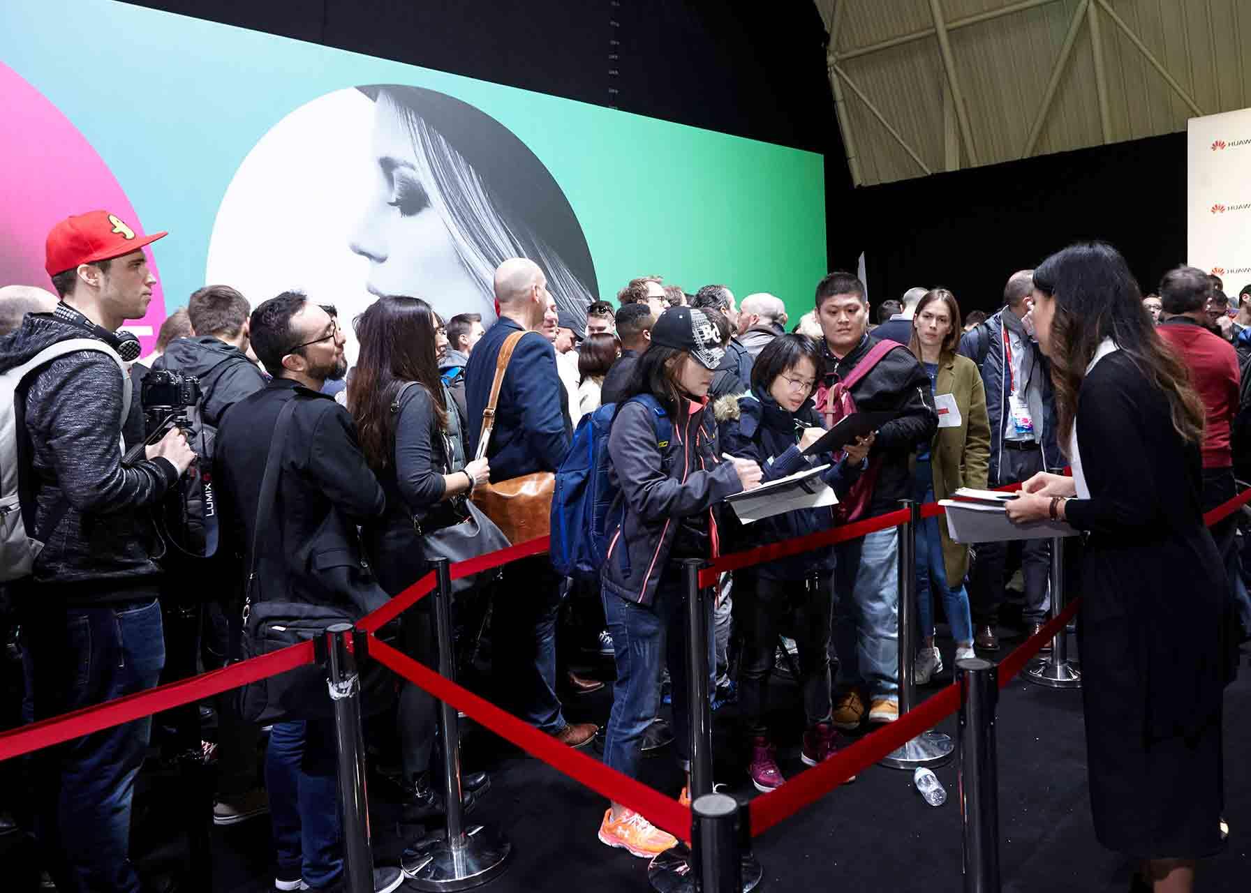 Periodistas accediendo a la presentación del nuevo modelo de smartphone de Huawei en el MWC de Barcelona