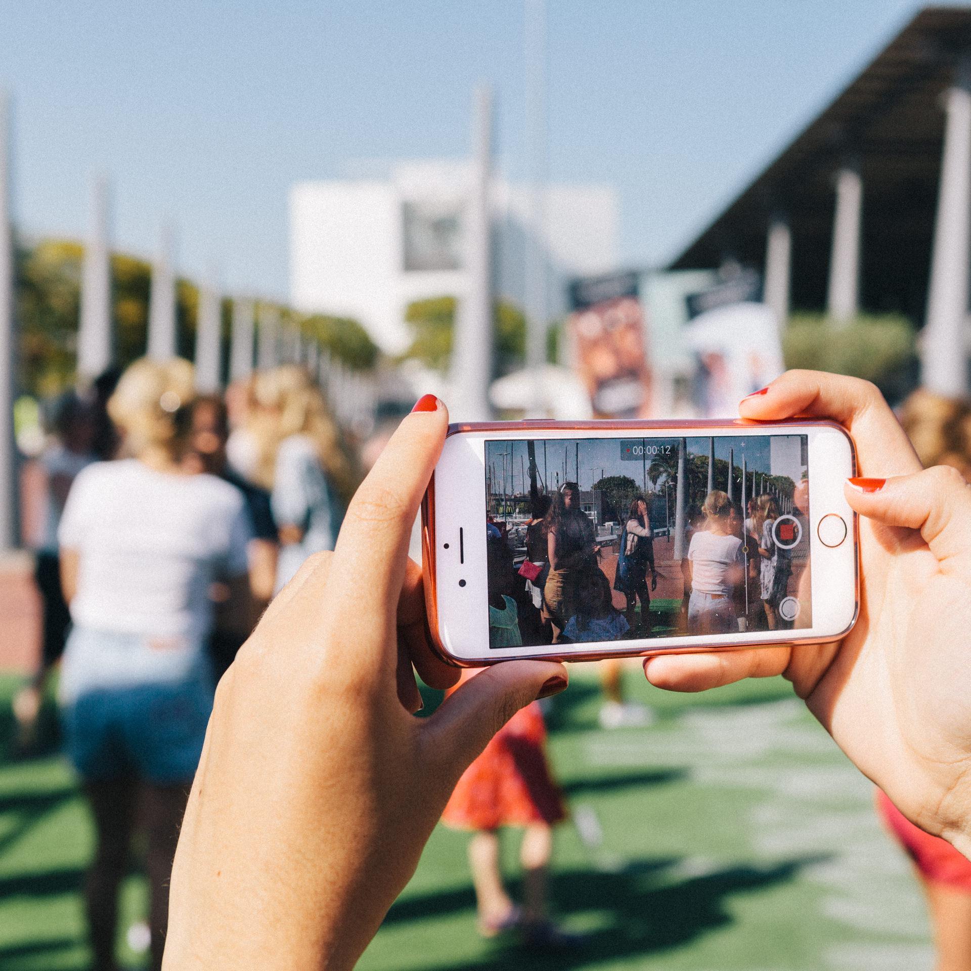 Imagen de un móvil realizando un video de los participantes de uno de los eventos del Sunglass Hut Pop Up